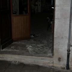 Collettivo Exit, esplode ordigno. Rotta la vetrata
