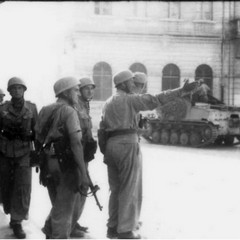 Soldati tedeschi (primo a destra è il maggiore Kurt Groosche) a Piazza Caduti, Barletta 1943