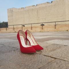 Scarpe rosse al castello contro la violenza sulle donne