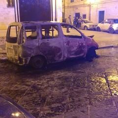 Capodanno di fuoco, auto in fiamme in via Cialdini