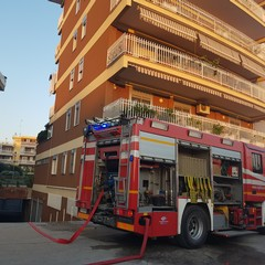 Incendio in via da Vinci, fuoco in un box auto