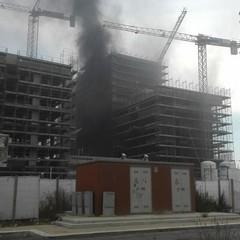Incendio alla periferia di Barletta, fumo nero da un cantiere
