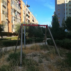 Parco giochi di via Ungaretti nel totale degrado