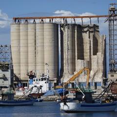 Silos di Barletta, in corso la demolizione