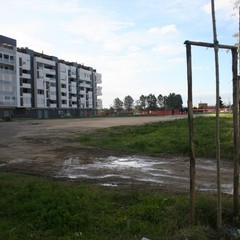 Cantiere per il nuovo campo sportivo polivalente in via degli Ulivi