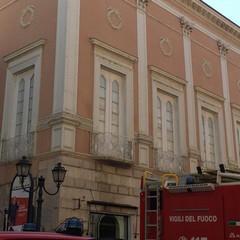 Calcinacci caduti da Palazzo De Martino nel centro di Barletta