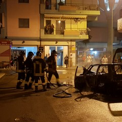 Incendio in via Risorgimento, auto in fiamme