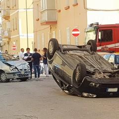 Auto ribaltata nei pressi della scuola San Domenico Savio, quattro i feriti
