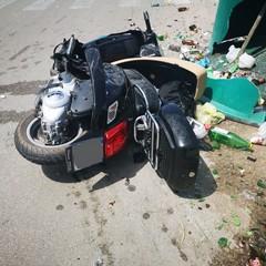 Incidente in via delle Belle Arti, moto si schianta contro campana del vetro