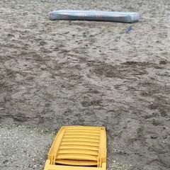 Materasso abbandonato in spiaggia