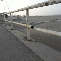 Barriere arrugginite e taglienti sul lungomare di Ponente
