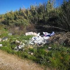 Rifiuti abbandonati presso il parco dell'Ofanto