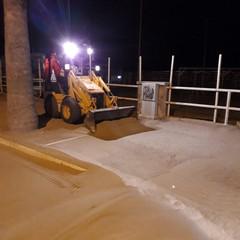 Rimozione sabbia sulla litoranea di Ponente