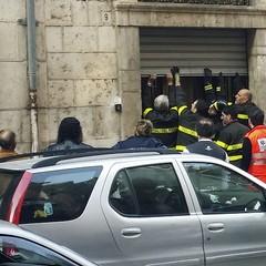 I Vigili del fuoco irrompono in via Firenze