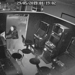 Colpo in un'agenzia di scommesse in via Regina Margherita: le immagini delle telecamere