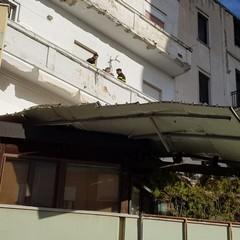 Crolla una tettoia in via Torino per il forte vento