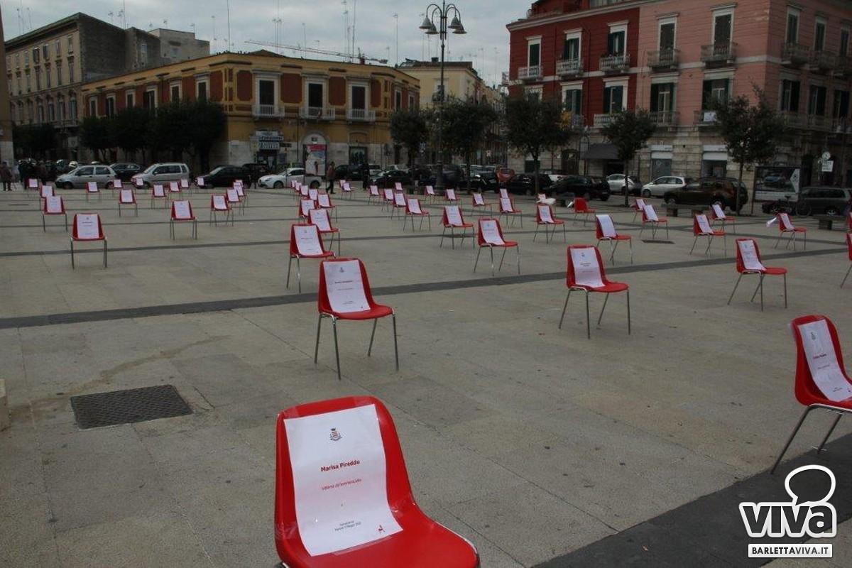 Oltre 50 sedie rosse in piazza Moro per ricordare le vittime delle violenze