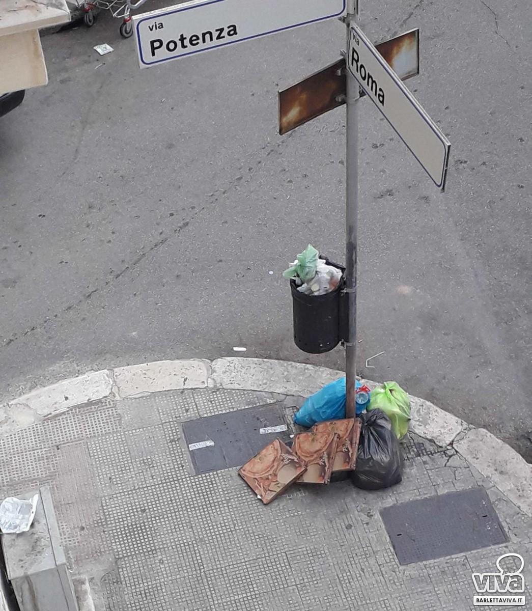 Rifiuti per strada in via Roma