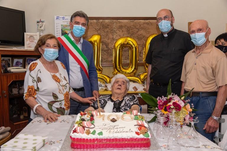 100 anni per nonna Addolorata, gli auguri del sindaco