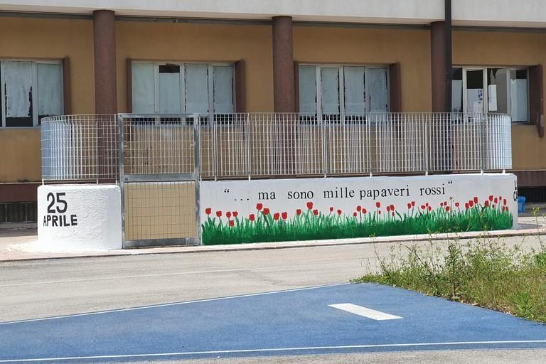 ... Ma son mille papaveri rossi, nuovo murale al liceo scientifico