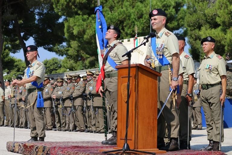Il saluto tra il Colonnello Antonio Morganella, cedente, e il nuovo comandante, il Colonnello Sandro Iervolino