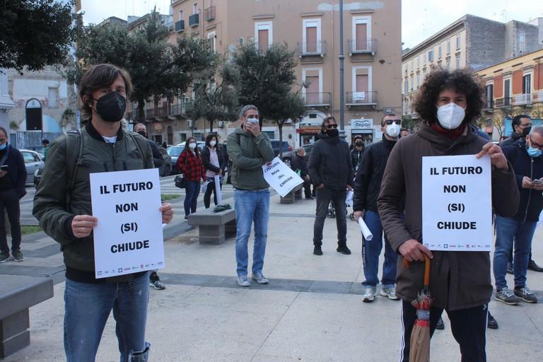 A Barletta in piazza contro le chiusure
