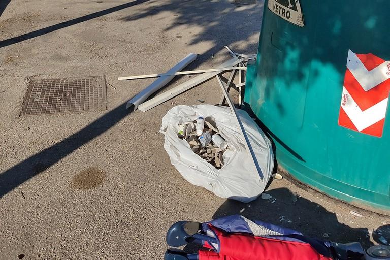 Amianto spezzato e abbandonato in un sacchetto dei rifiuti