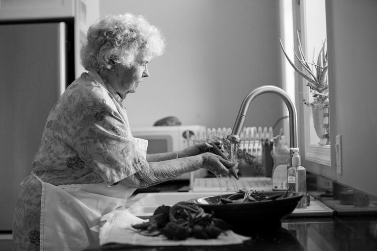 Anziana in cucina