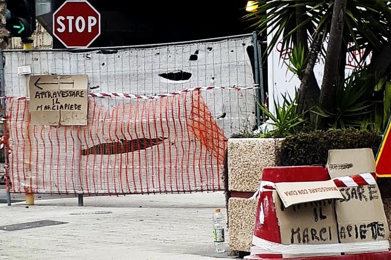 """A Barletta è vietato """"attravessare"""" il cantiere"""