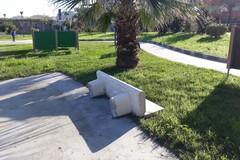 Litoranea di Ponente, di nuovo rotta una panchina di pietra