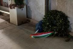 25 aprile a Barletta, la corona d'alloro finisce nella spazzatura