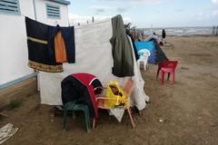 Uomini accampati sul litorale di Barletta, sindaco: «Non sono nullatenenti né abbandonati»
