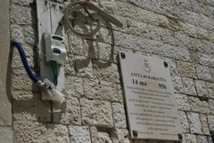 Contatore dell'elettricità esposto alle intemperie a Barletta