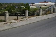 Lungo le Mura del Carmine, marciapiedi birbanti per pedoni poco attenti