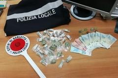Fugge dalla Polizia Locale con dosi di marijuana: arrestato 23enne a Barletta