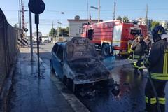 Brucia un'auto in via Andria, bloccato il passaggio a livello