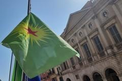 La città di Barletta con il popolo curdo, sventola la bandiera a palazzo città