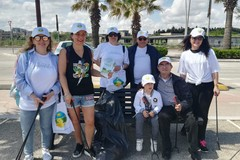 """I volontari di """"La Via della Felicità"""" ripuliscono la spiaggia di Barletta"""