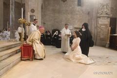 In abito da sposa all'altare per diventare suora di clausura