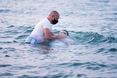 A Barletta il battesimo dei Testimoni di Geova avviene in mare