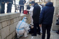 Cade in strada a Barletta, il sindaco Cannito lo soccorre
