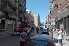 Cadono calcinacci in via Imbriani, traffico bloccato per problemi di sicurezza
