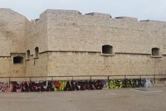 Insani atti di vandalismo al castello di Barletta, graffiti deturpano i giardini