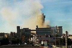 Nuvole di fumo dalla Cementeria, «è solo calcare, argilla e farina»