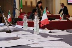 Consiglio comunale in un'aula quasi deserta, si accende la polemica