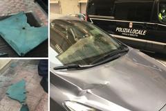 Raffiche di vento, i primi danni in città: scaraventato un tavolo per strada