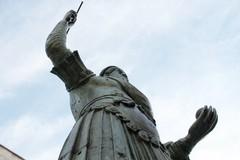 Mascherina sul colosso di Barletta: arte o gesto da condannare?