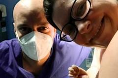 Mamma, ostetrica all'ospedale di Barletta, partorisce con l'aiuto del fratello ostetrico