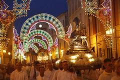 La devozione di Barletta per i santi patroni: tutte le foto della processione