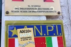 Quel volantino di un'organizzazione studentesca di destra attaccato sulla targa dell'ANPI